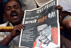 For second day, Bal Thackeray papers have black front page