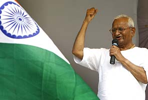 Team Anna 's new bitter battle with Team Kejriwal