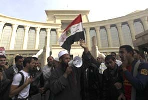 Egyptians abroad vote, army to host 'unity' talks