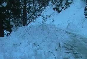 Snow shuts Jammu-Srinagar National Highway, avalanche warning issued