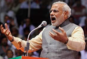 Narendra Modi targets Gandhis, calls Manmohan Singh 'night watchman'