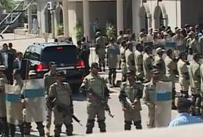 Former Pakistan president Pervez Musharraf flees court as judge orders his arrest