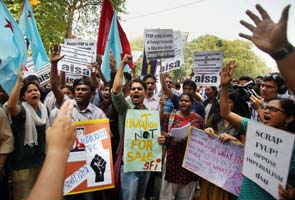 Teachers protest against Delhi University's four-year course near 10 Janpath