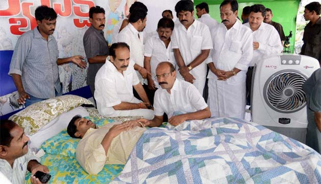 Jagan Mohan Reddy fasts while his mother meets BJP chief, signalling mutual interest