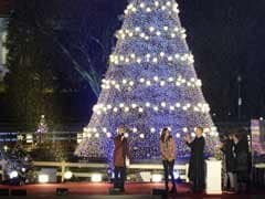 In rainy Washington, Barack Obama lights national Christmas tree