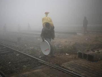 Delhi: Thick smog blankets city, transport disrupted