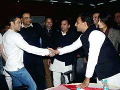 Akhilesh Yadav attends big Bollywood night at Saifai, critics raise Muzaffarnagar pitch