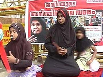 Kerala woman ends demonstration against sand mafia on chief minister assurance