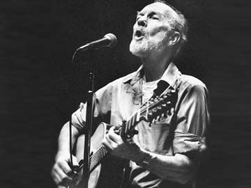 Songs by friends, fans mark Pete Seeger memorial