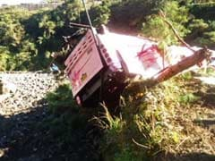 14 dead as bus falls into ravine in Philippines