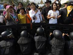Defiant Thai protesters besiege government headquarters