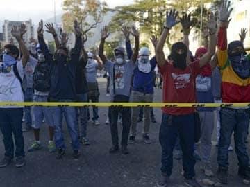 Venezuelans up barricades as protest death toll rises