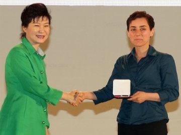 Iranian Stanford Professor Maryam Mirzakhani First Woman to Win Top Maths Prize