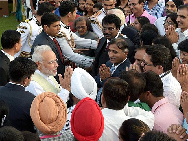 At Rashtrapati Bhavan, PM Narendra Modi Signs Autographs for Public