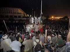 Pakistan Crisis: Imran Khan Refuses to End Protest, 300 Injured in Overnight Clashes