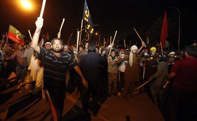 Protesters March to Pakistan PM's House; 300 Injured in Overnight Clash with Police