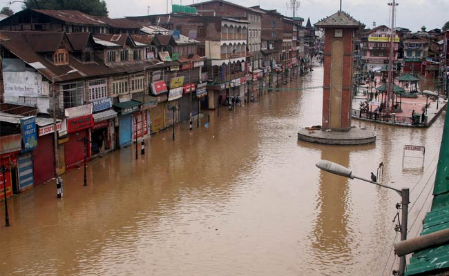 Crisis in Jammu & Kashmir: Blackout, Floods in Srinagar, People Trapped on Terraces