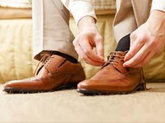 जूते उतारने के बाद मोजे सूंघता था शख्स, हुई ऐसी बीमारी, सुनकर उड़ गए होश