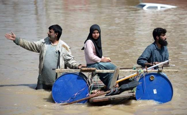 Pakistan Rushes to Protect Cities From Floods