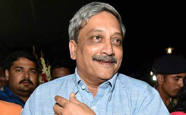 Defence Minister Manohar Parrikar Travels Economy Class to Goa