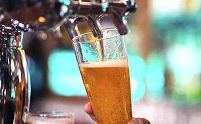 अवैध शराब बिक्री पर सख्ती से नाराज सपा नेता ने की आबकारी अधिकारी की पिटाई, दी धमकी