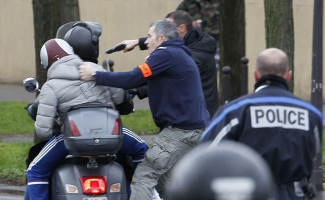 Twin Hostage Dramas as Paris Massacre Suspects Cornered