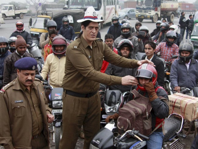 Gurgaon: Bikers Gifted Helmets, Drivers Following Traffic Rules Got Flowers From the Police