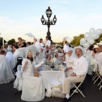 In Pictures: Thousands Dine on Paris Bridges for 'Dinner in White'