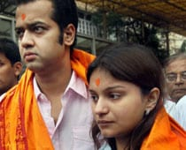 Rahul and Dimpy come together in public, visit temple