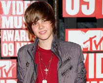 Justin Bieber turns red carpet reporter
