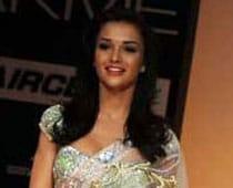 Amy dazzles as princess in Indian attire