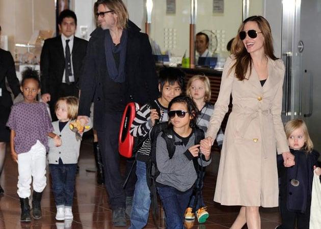 Brad Pitt, Angelina Jolie enjoy karaoke with family