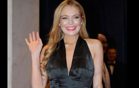 Lindsay Lohan gives $100 to toilet cleaner