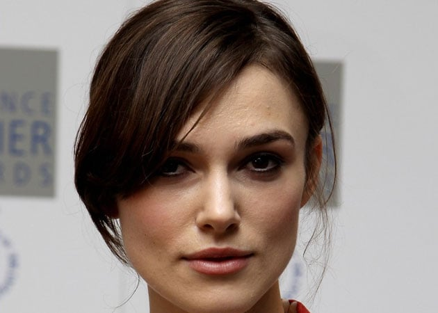 Keira Knightley receives cooking lessons from mother