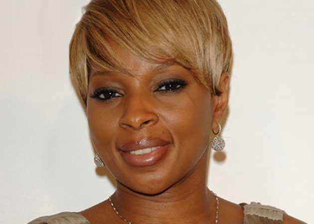 Mary J Blige has apologised for singing about fried chicken in a Burger King commercial