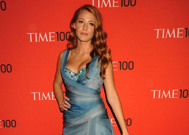 Blake Lively pretends to be Marilyn Monroe on the red carpet