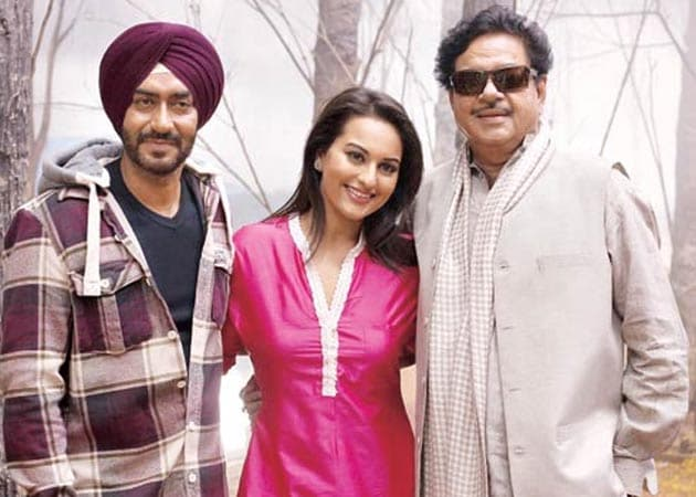 Shatrughan Sinha pays a surprise visit on the sets of <i>Son Of Sardar</i> to cheer daughter Sonakshi
