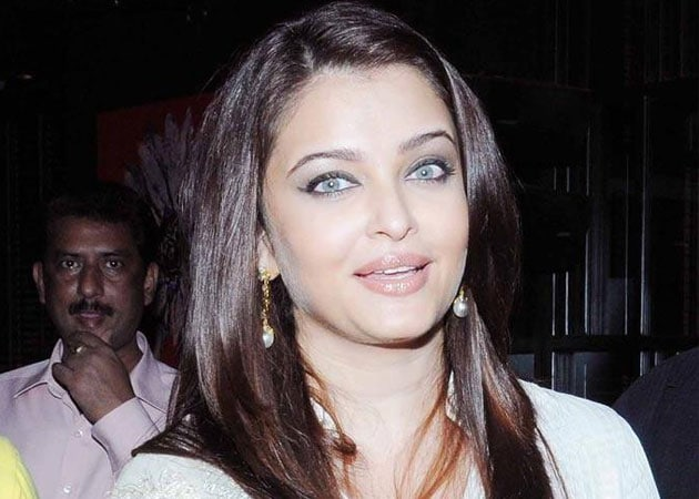 Aishwarya unveils Filmfare's special trophy for centenary year