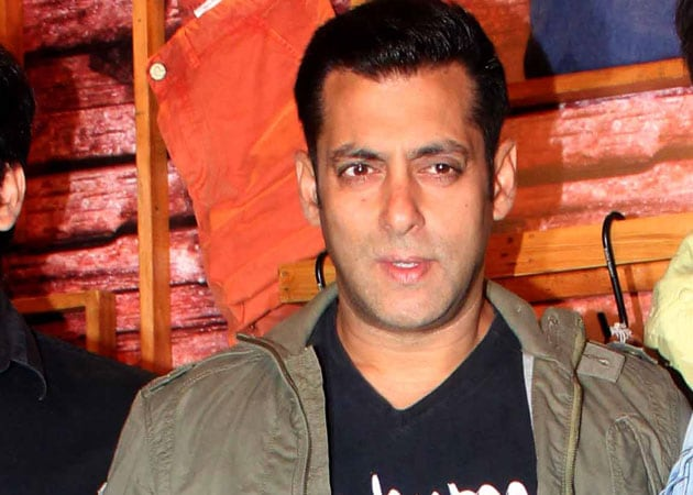 Salman Khan takes the stage to accept award after 14 years