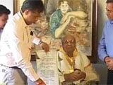 Pran receives his Dadasaheb Phalke award at home