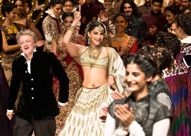 Sonam Kapoor breaks into sensuous jig at fashion show