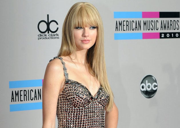 Taylor Swift gets beauty, career tips from Julia Roberts