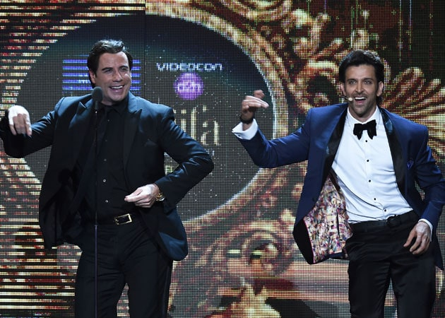 IIFA thumakda: John Travolta dances with Hrithik, Priyanka