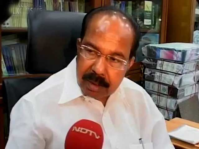 Video : Govt considering closing petrol pumps at 8 pm to check fuel demand: Moily