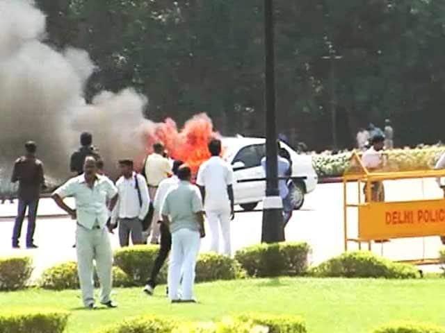 Videos : जब विजय चौक पर धू-धूकर जल उठी कार