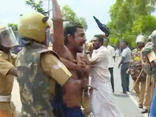 Videos : कैमरे में कैद : पुलिस की बर्बर पिटाई, प्रदर्शनकारी बेहोश