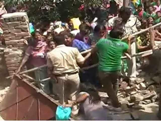 Videos : दिल्ली : सस्ते अनाज के कार्ड के लिए मारामारी