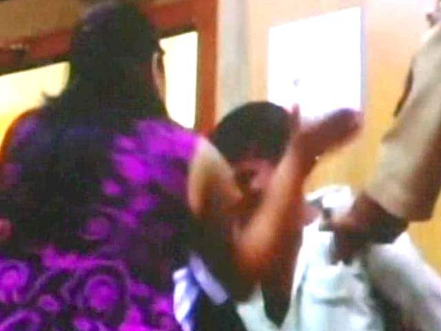 Video : At a police station, she slapped the man accused of trying to rape her