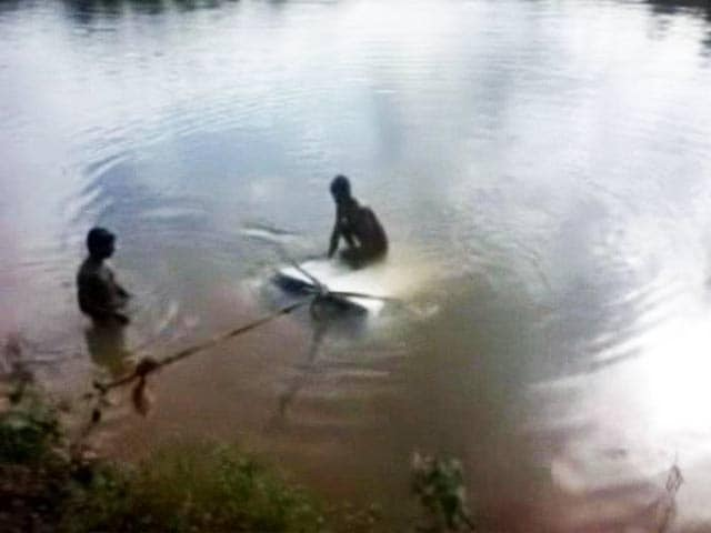 Video : Super-mantri! Minister helps rescue family trapped in water
