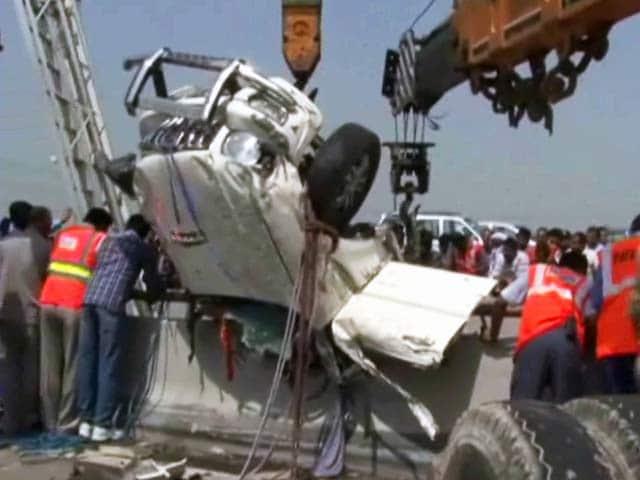 Video : यमुना एक्सप्रेसवे पर हादसा : पुल से लटकी कार, एक की मौत